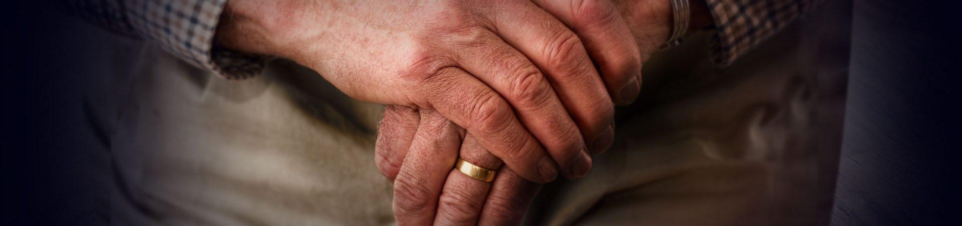 Rentner mit Gehstock in Pflege